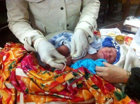 Bé trai đã cựa quậy, khóc lóc và mạnh hơn khi được các y tá đến cắt rốn, làm vệ sinh.