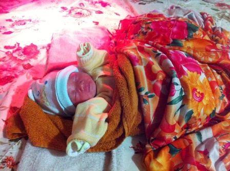 Sau khi được ủ ấm bằng chăn bông, nệm, áo quần mũ, bé đã nằm ngủ ngon lành, người hồng hào và ấm áp