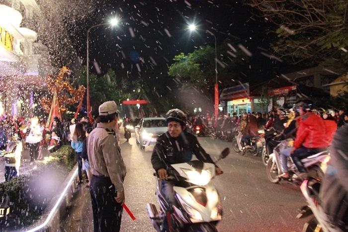 Khung cảnh mưa tuyết rất lãng mạn, lạ mắt trước khách sạn Morin ngay cạnh cầu Trường Tiền