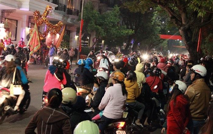 Nhiều người dân Huế xuống đường chờ đón khoảnh khắc năm mới
