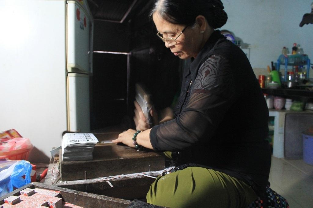 Bà Ngô Thị Nguyệt những ngày cận Tết đang cần mẫn cắt từng quân bài sau khi bài đã đem đi phơi khô