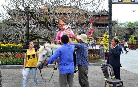 Du khách vào chơi xuân miễn phí ở Hoàng cung Huế ngày mùng 1 tết