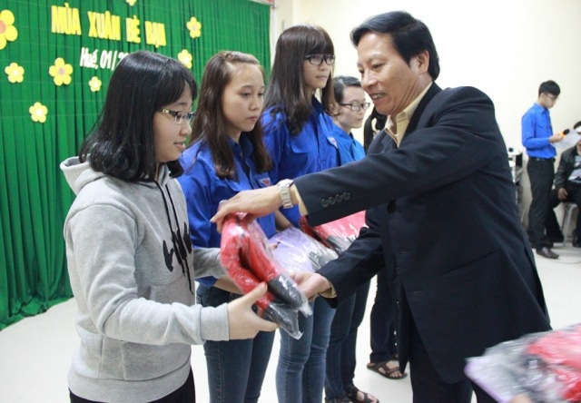 ĐH Ngoại ngữ Huế trao áo ấm đến sinh viên nghèo dịp Tết
