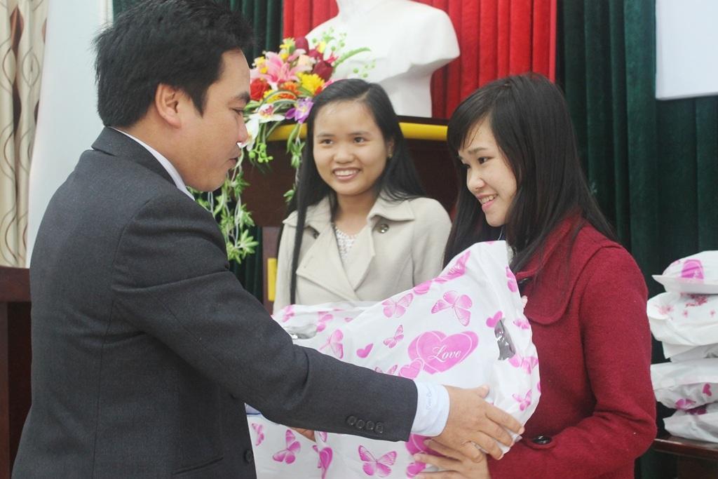 Trao 100 áo ấm đến sinh viên nghèo hiếu học