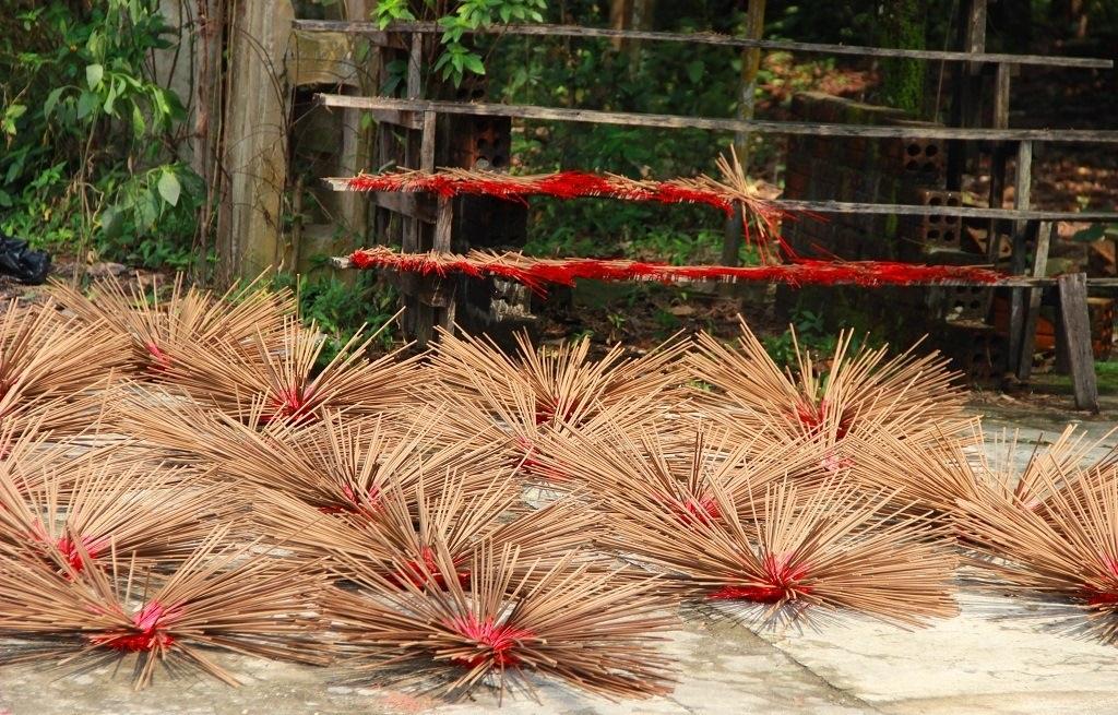 Làm hương trầm ở làng Thủy Xuân
