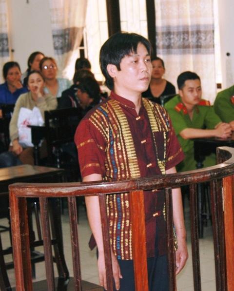 Bị cáo Hồ Văn Nhiệm trước vành móng ngựa