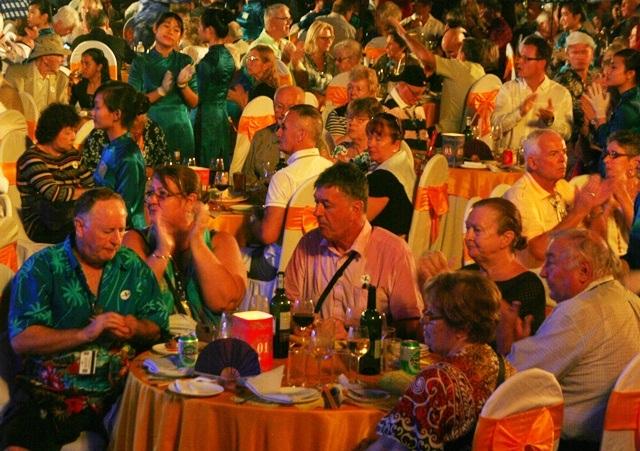 Du khách thưởng thức món ăn và xem tiệc cung đình Huế