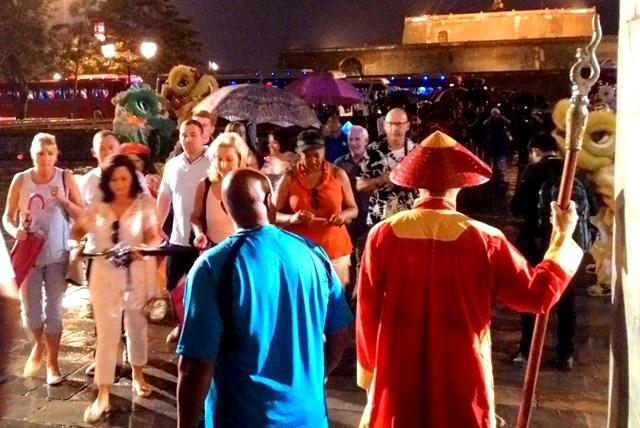 Đón du khách tại cửa Ngọ Môn, Đại Nội Huế