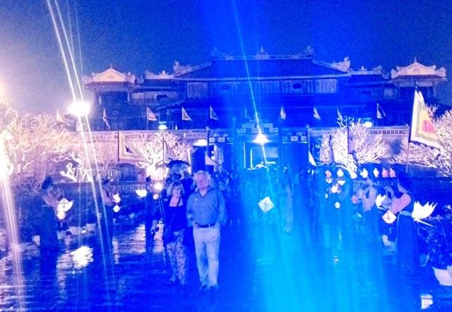 Du khách thả bộ trên cầu Trung Đạo dẫn vào Điện Thái Hòa