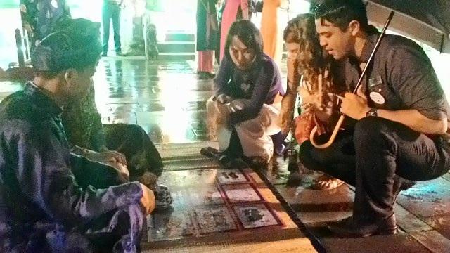 Ở sân trước điện Thái Hòa là những trò chơi cung đình xưa như bài vụ (ảnh), xăm hường, thả thơ