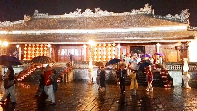 Du khách tiến qua sân sau điện Thái Hòa đẹp lung linh