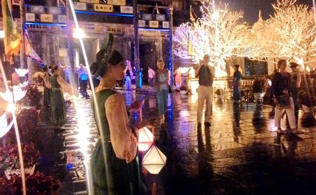 Cung nữ Huế duyên dáng cầm đèn lồng