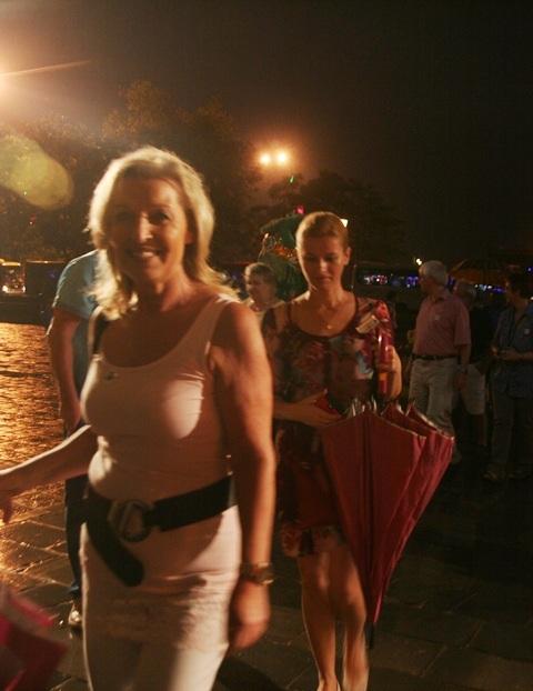 Nụ cười tươi đầy thân thiện của 1 du khách lần đầu thăm cố đô Huế vào ban đêm
