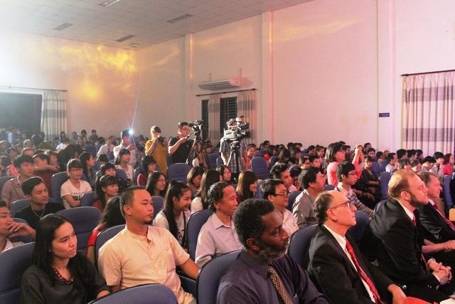 Đêm nhạc thu hút nhiều khán giả đến thưởng thức