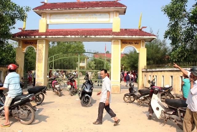 Hàng trăm phụ huynh đổ về trường tiểu học Nam Phổ Hạ, phản đối việc sáp nhập trường của địa phương