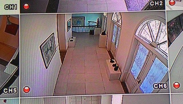 Nhờ vào camera ghi lại, thời điểm ông T. lấy cắp tác phẩm nghệ thuật là vào hơn 9h ngày 14/3