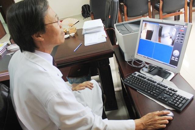 BS Thăng trực tiếp khám bệnh ung thư giai đoạn cuối trong phòng cách ly
