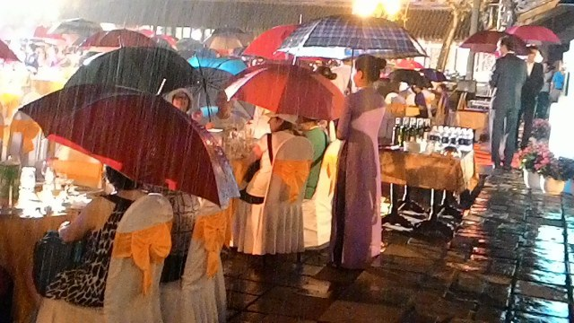 Có nhiều lần trời mưa nặng hạt, khách và phục vụ bàn phải che dù