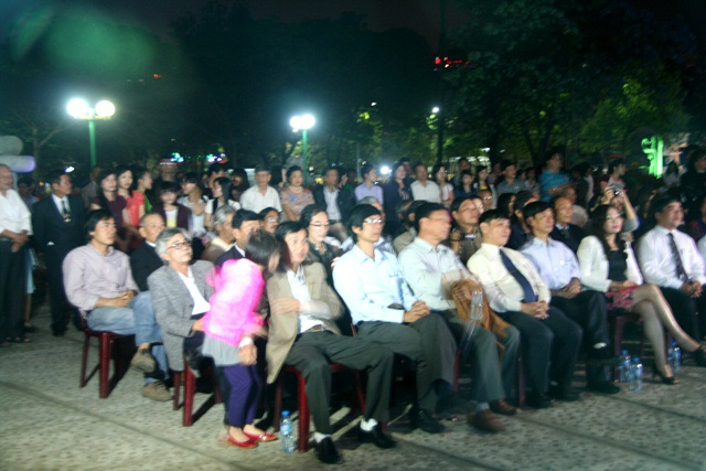 Hàng trăm người yêu thơ có mặt trong buổi tối đẹp trời bên sông Hương