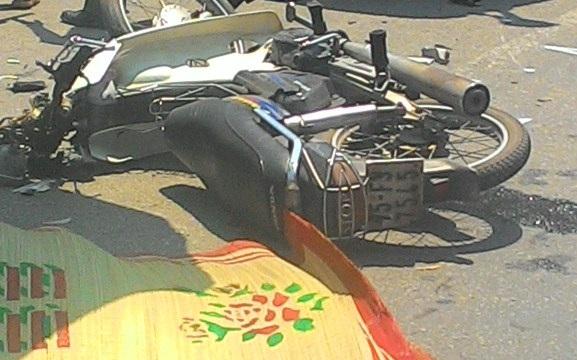 Chiếc xe máy của nạn nhân bị hư hỏng nặng sau cú va chạm dẫn đến tử vong