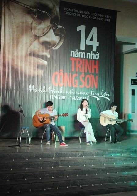 Sinh viên trường Đại học Khoa học Huế thể hiện các ca khúc của nhạc sĩ một cách trân trọng