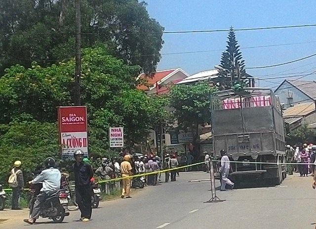 Công an điều tiết giao thông tại hiện trường vụ tai nạn.