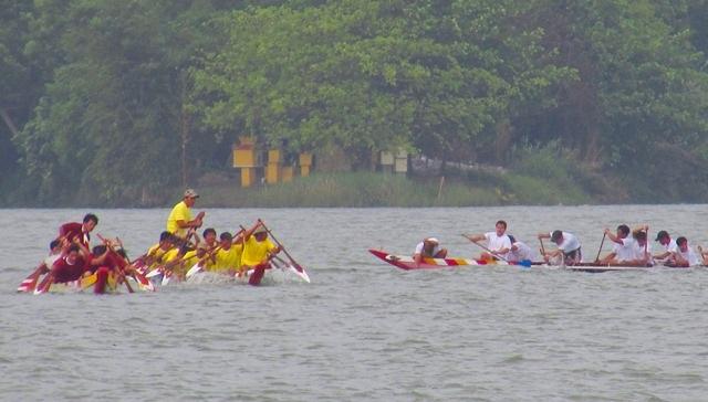 Đội áo trắng đã kiệt sức bị 2 đội áo vàng, đỏ bỏ xa