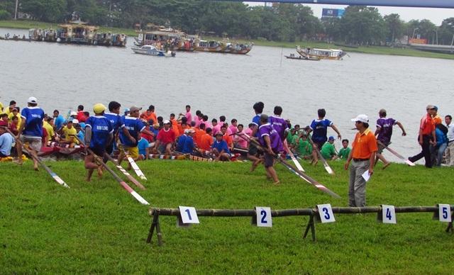 Sau khi nghe hiệu lệnh của ban tổ chức, các vận động viên bắt đầu xuất phát