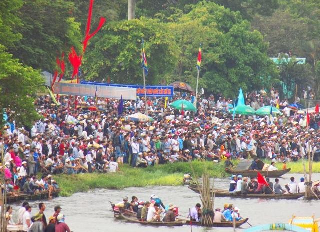 Đông đảo người dân Huế tham gia cổ vũ cho các đội đua