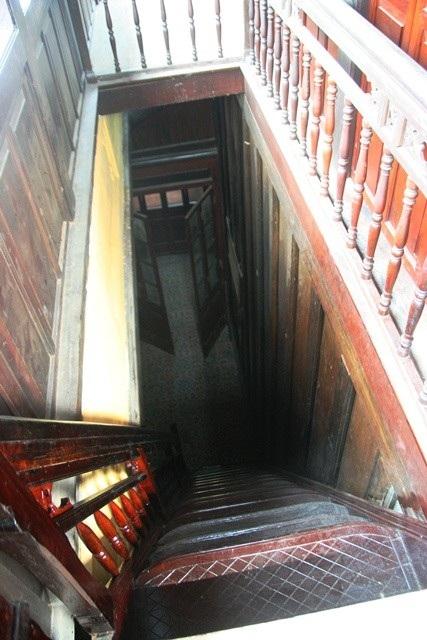 Cầu thang gỗ dẫn lên tầng 2