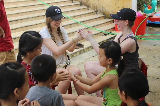 Không quên vui chơi với các em học sinh Việt Nam.