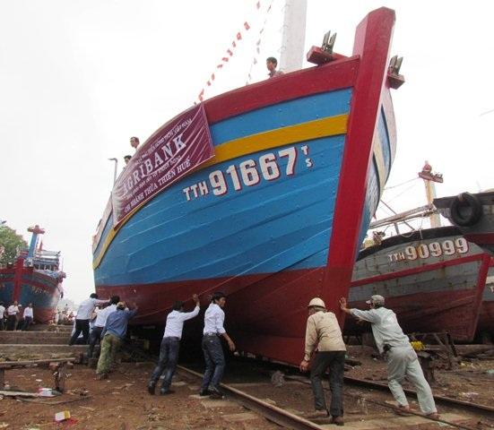 Hạ thủy tàu vỏ gỗ đánh bắt xa bờ vay vốn theo Nghị định 67 đầu tiên tại Huế.