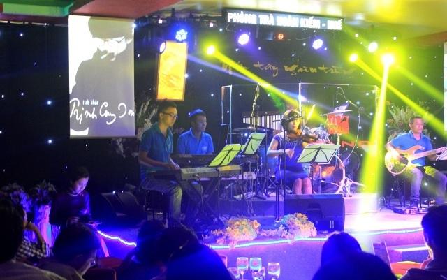 Không gian sân khấu gần gũi với hình ảnh cố nhạc sĩ Trịnh Công Sơn