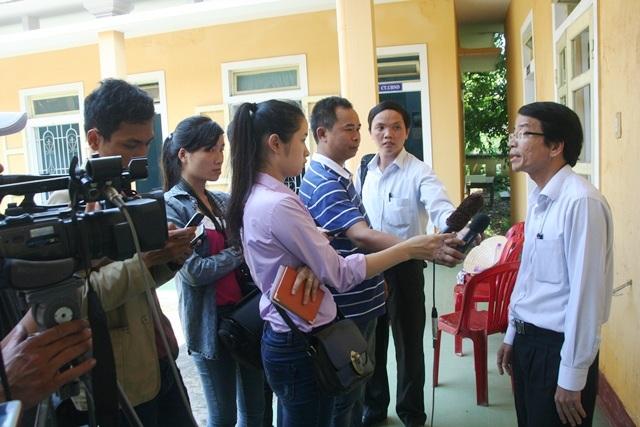 Ông Hồ Trọng Cầu, PCT huyện Phú Lộc trả lời nhiều báo về vụ việc sáng 3/4