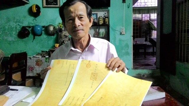 Lương y Phan Tấn Tô bên những tờ châu bản (bản scan màu) quý - cơ sở về nguồn gốc Minh Mạng thang
