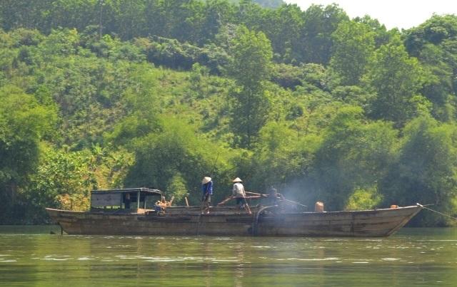 Thuyền của ông Dũng ra giữa sông múc cát lậu rồi đưa vào bãi.