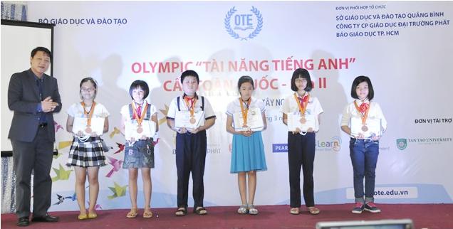Ban tổ chức trao giải cho các thí sinh xuất sắc đạt giải trong cuộc thi Tài năng tiếng Anh