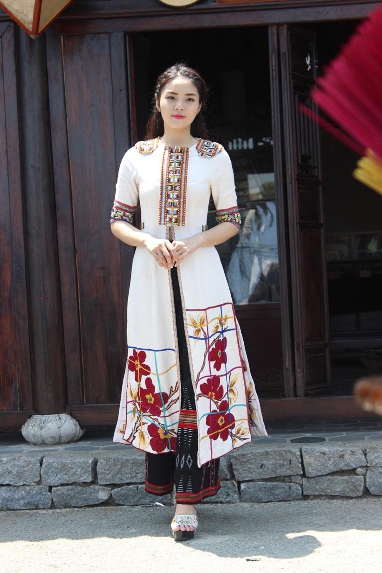 Hoa hậu rảo bước khoan thai qua những gian hàng nghề truyền thống Huế trong Festival