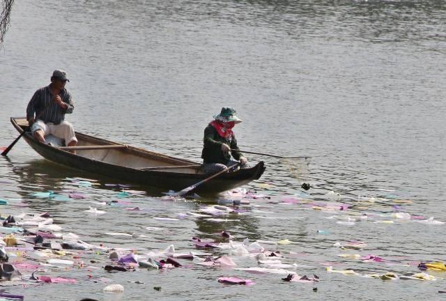 Rác do người dân cúng và vứt xuống sông Hương đoạn trước Điện Hòn Chén