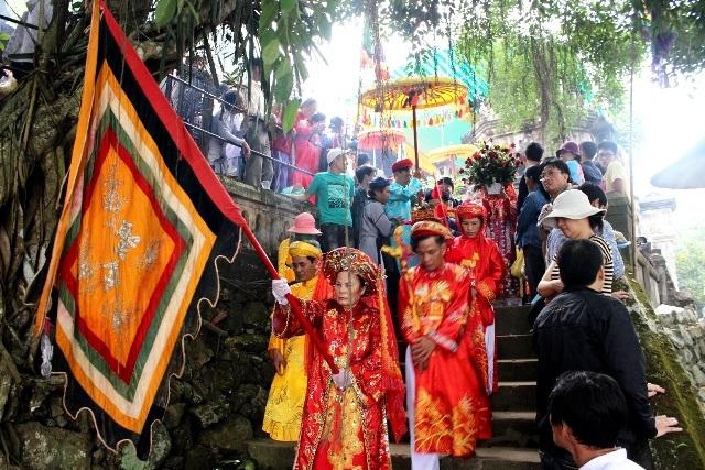 Đoàn lễ rước trang nghiêm với nhiều màu sắc đặc trưng của đạo Thiên Tiên Thánh Giáo