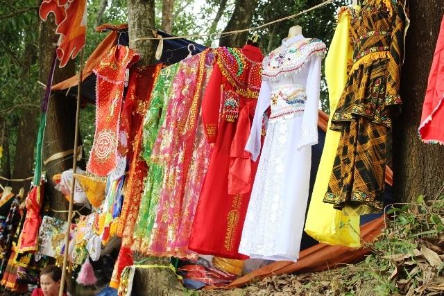 Nhiều trang phục sặc sỡ bày bán cho người dân mua khi tham gia lễ rước Thánh Mẫu