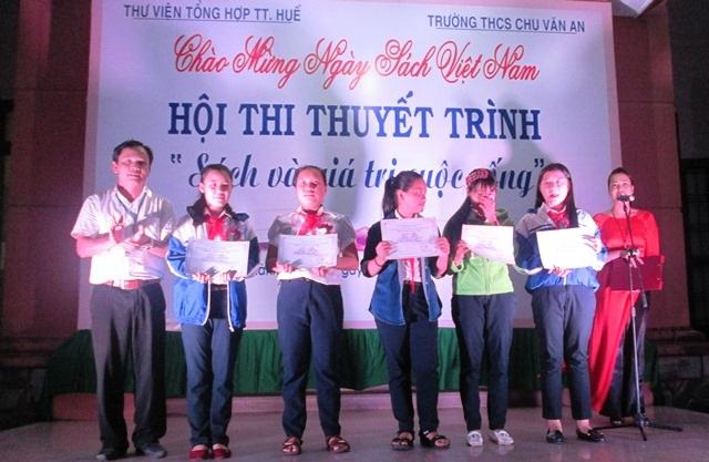 Ban tổ chức trao giải cho những bài thi xuất sắc nhất.