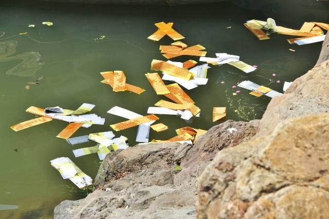 Tâm linh đi kèm với nhiều hình ảnh mất mỹ quan môi trường ở lễ hội Điện Hòn Chén