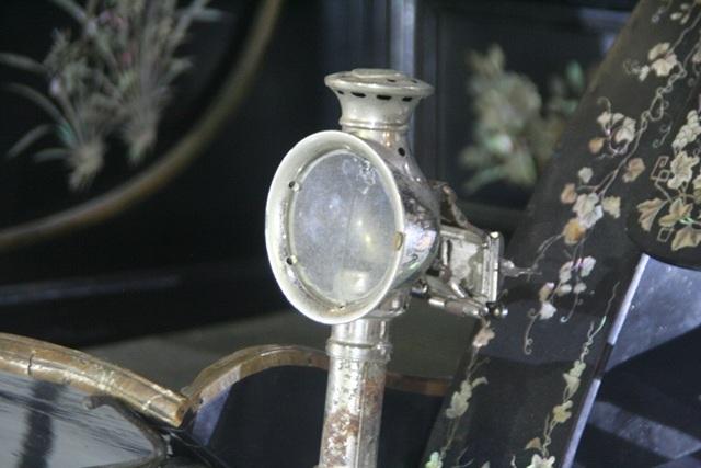 Xe có 2 hộp đèn với lỗ thông khí để bỏ đèn sáp khi đi trong đêm