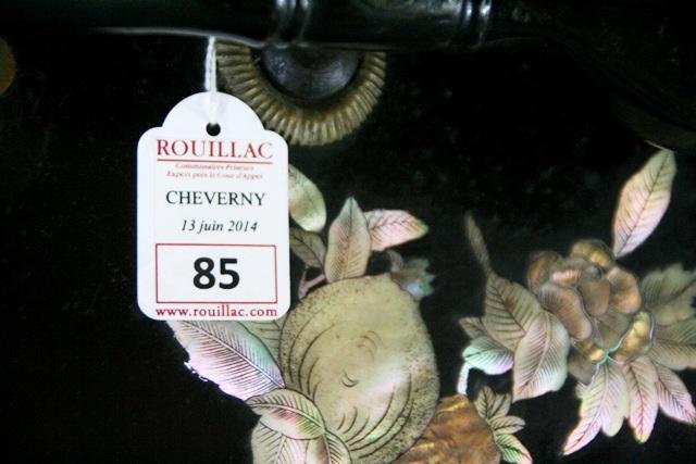 Nhãn hãng đấu giá Rouillac (Pháp) trên thân sau xe