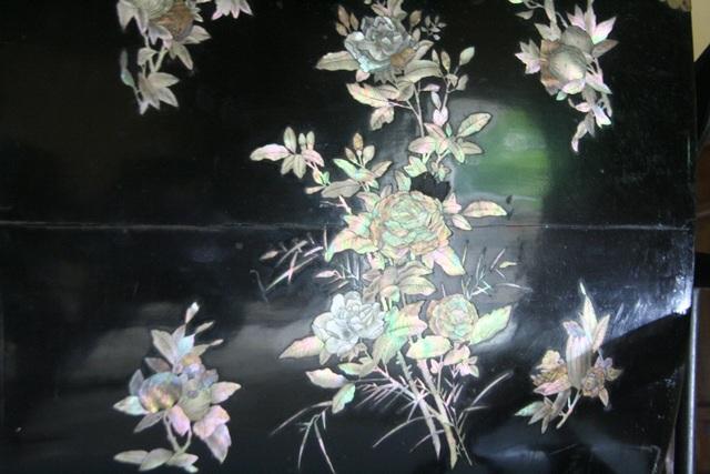 Nghệ thuật khảm xà cừ tuyệt đẹp với nhiều họa tiết hoa lá hợp với Hoàng thái hậu