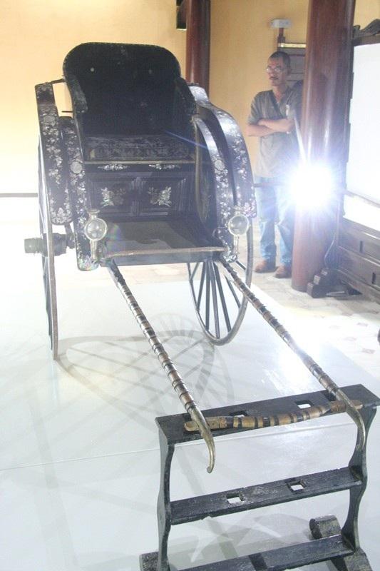 Cắt băng khánh thành trung bày cổ vật xe kéo