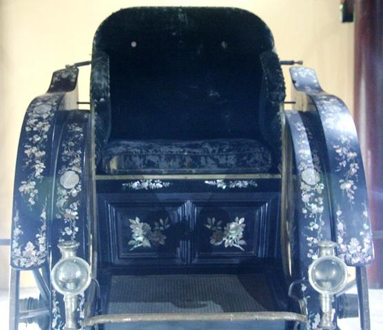 Chỗ ngồi của xe thiết kế riêng cho một mình Hoàng thái hậu ngồi thoải mái