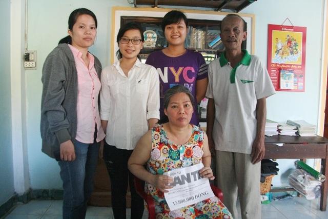 Đại diện UBND phường Trường An (ngoài cùng bên trái) đại diện báo Dân trí trao quà cho nhà chị Vang
