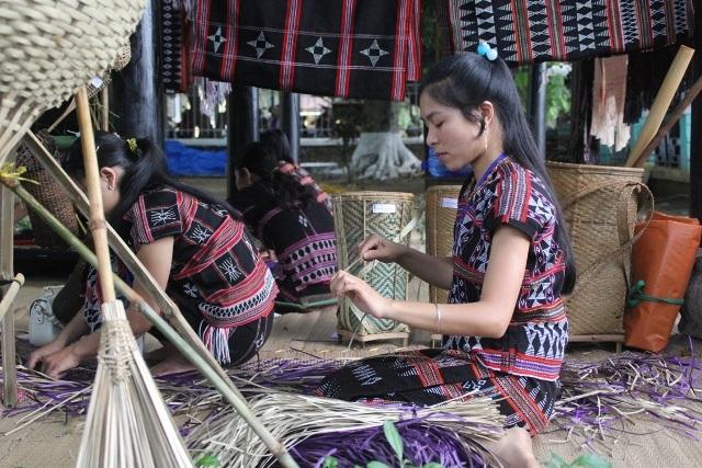 Thiếu nữ dân tộc Tà Ôi đan tre nứa để gia công sản phẩm dệt Zèng, A Lưới